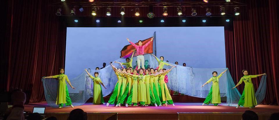 _Nhóm múa ISE Art Club trong hội diễn văn nghệ_