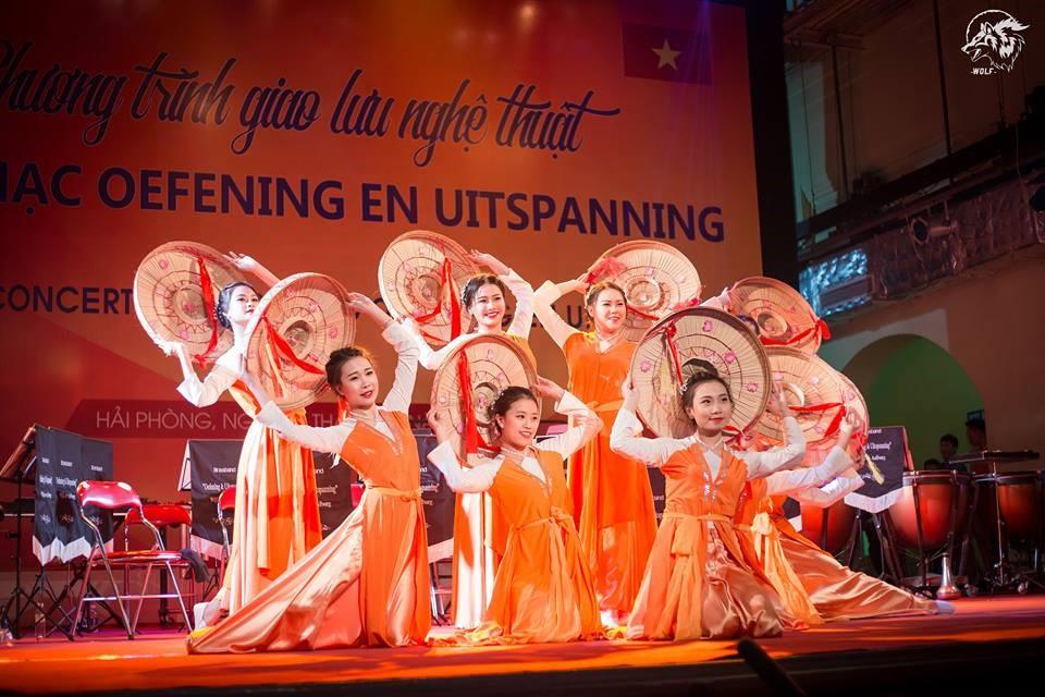 """_ISE Art club trong chương trình giao lưu nghệ thuật với ban nhạc """"OEFENING EN UITSPANNING"""" tại Nhà Hát  Lớn_"""